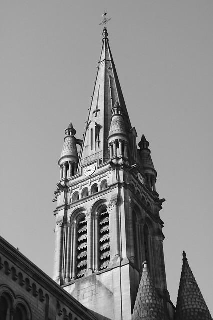 Un clocher sur la ville veille