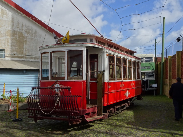 Carris-Tram Nr. 1 bringt die Besucher des Trammuseums von der einen Halle in die andere