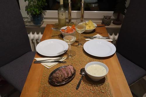 Wildschweinfilet mit Senfsoße, Kartoffelstampf und Möhrengemüse (Tischbild)