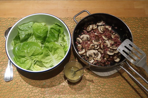 Kopfsalat mit Champignon-Speck-Zwiebel-Topping
