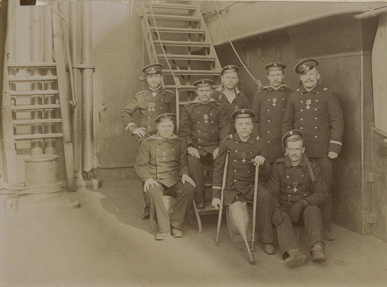 Офицеры и матросы крейсера «Громобой», награждённые Георгиевскими крестами, на палубе корабля.