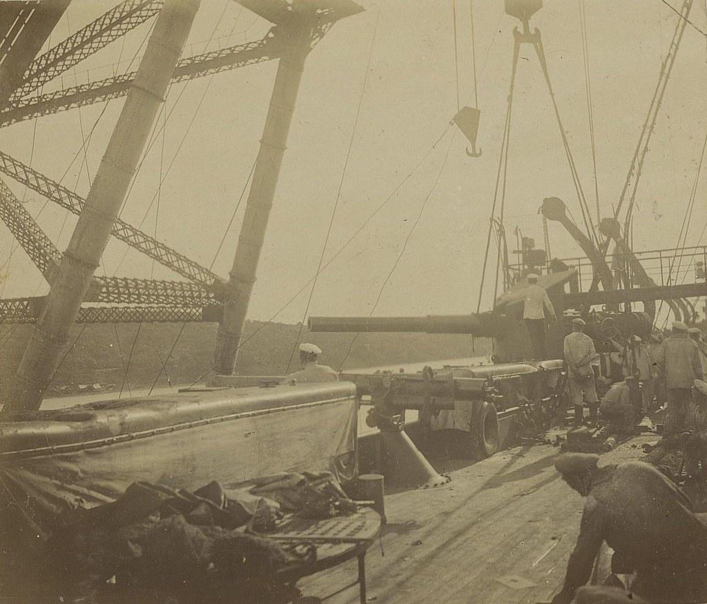 Моряки около орудий. 1905