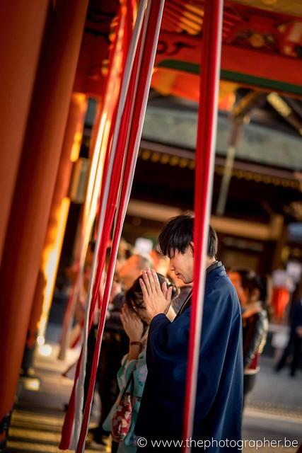 Bidden in een Japanse tempel
