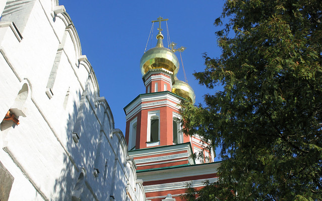 Holy Russia, Moscow,  the Church of the Intercession of the Holy Virgin over the South gates (Since 1683) and the White Stone Wall of Bogoroditse-Smolensky Novodevichy convent, Novodevichy Passage, Khamovniki district. Православнаѧ Црковь.