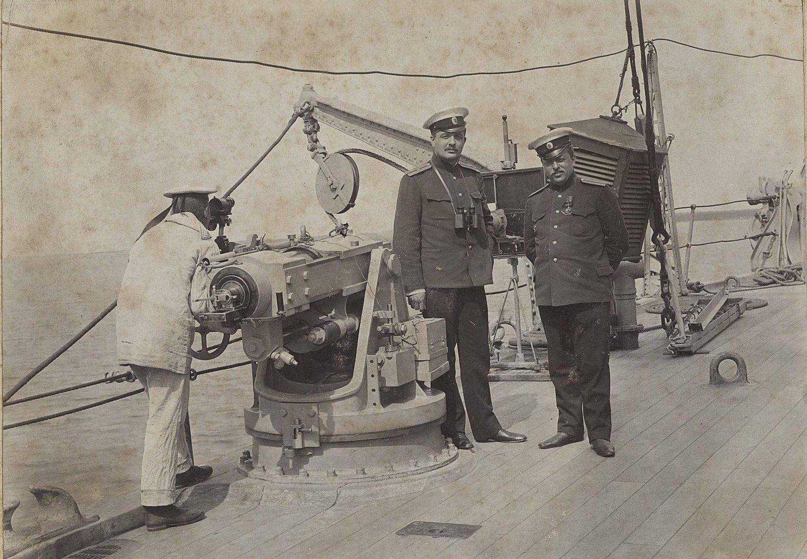 Два офицера и матрос у корабельного орудия. 1905 г.