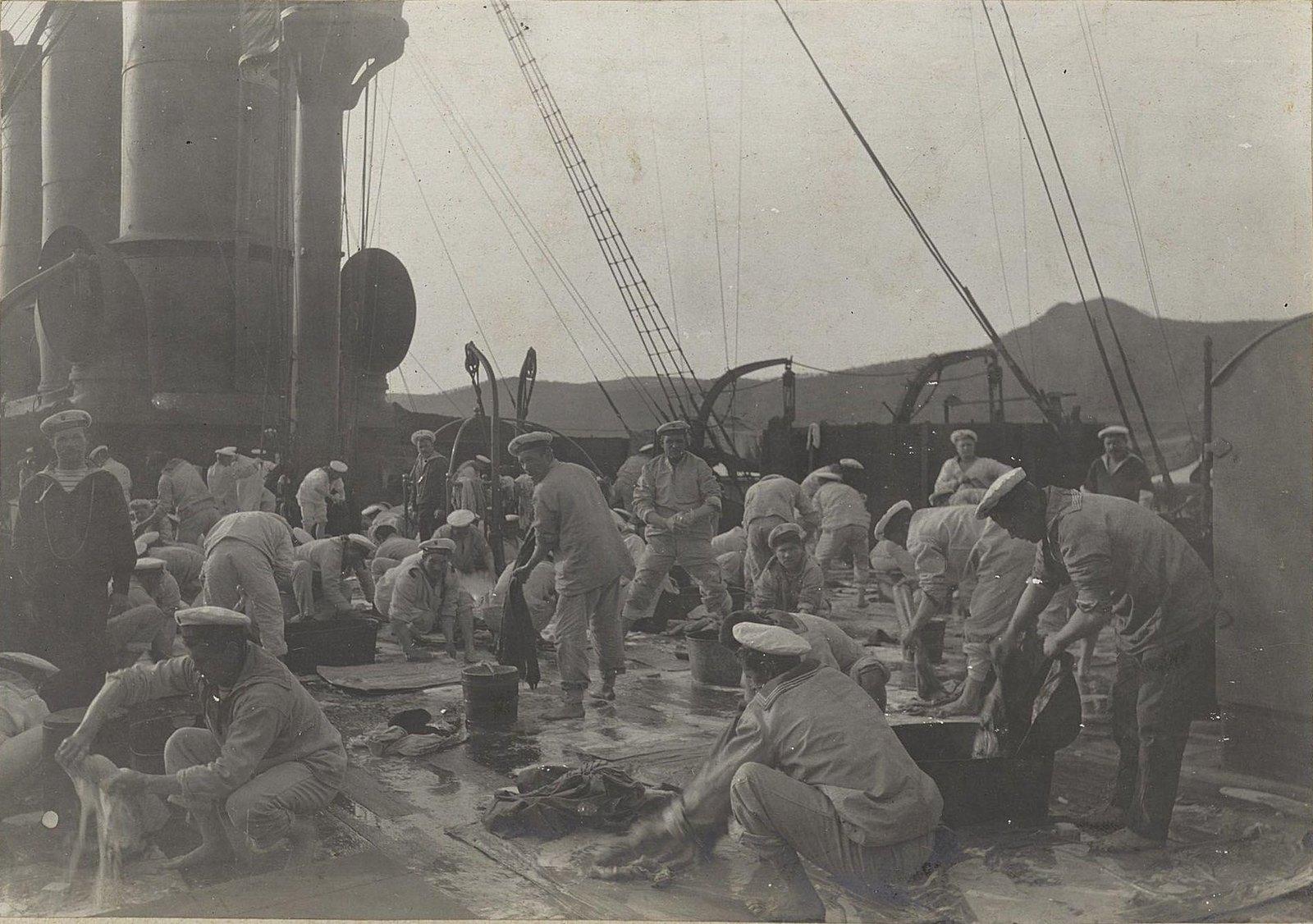 Матросы драят палубу. 1905 г.