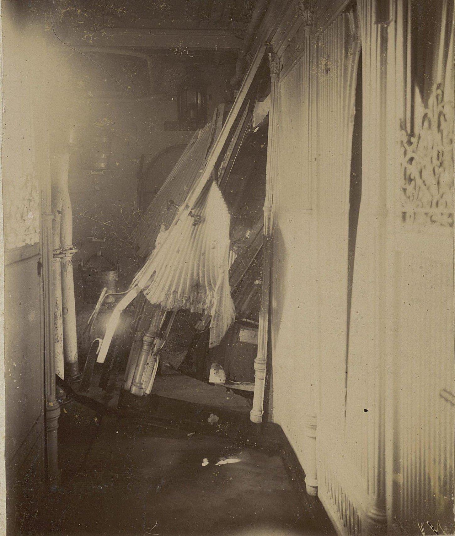 Коридор корабля со следами повреждений. 1905 г.