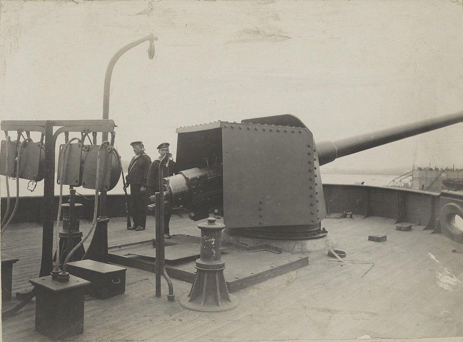Два матроса у корабельного орудия. 1905 г.