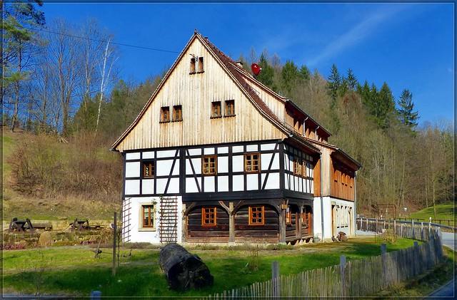 Umgebindehaus an der Pietsch- bzw. Endlermühle im Lochräumicht bei Ottendorf in der Sächsischen Schweiz