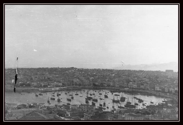 Πειραιάς 1941-1944, άποψη του λιμένα της Ζέας και μέρους της πόλεως.