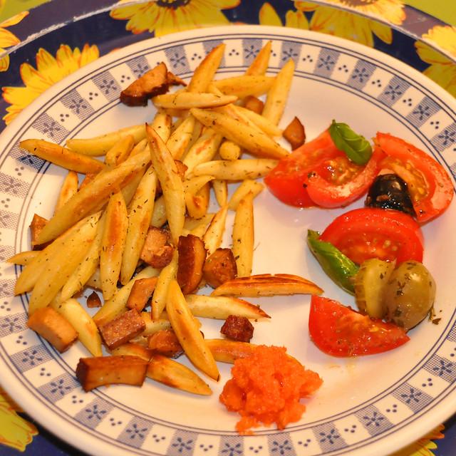 März 2020. Goldgelb gebratene Schupfnudeln mit Räuchertofu. Dazu: Tomaten, Gurken, Oliven und Basilikum ... Brigitte Stolle