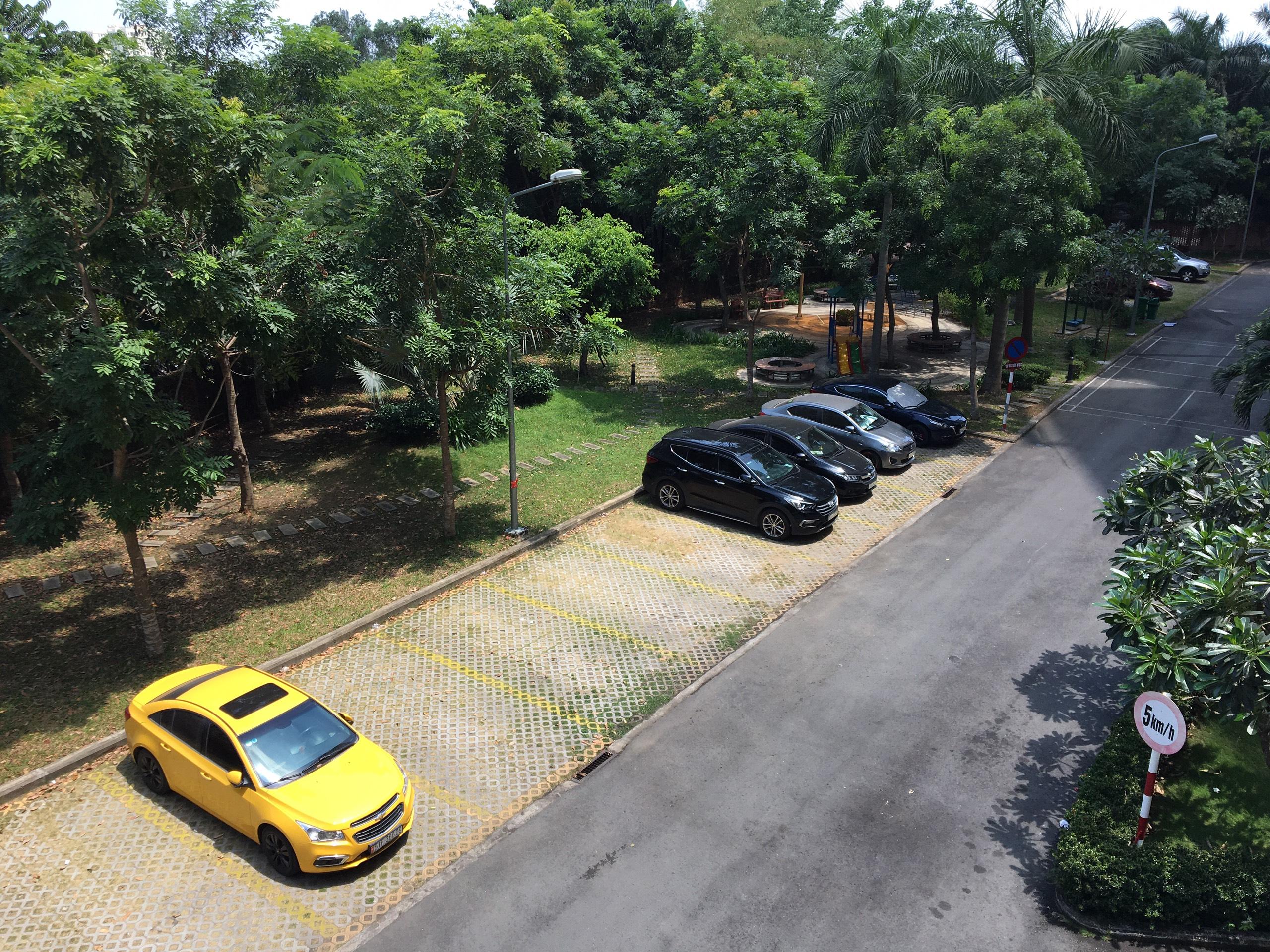 Bãi đậu xe và vườn cây xanh nội khu chung cư Sunview Town