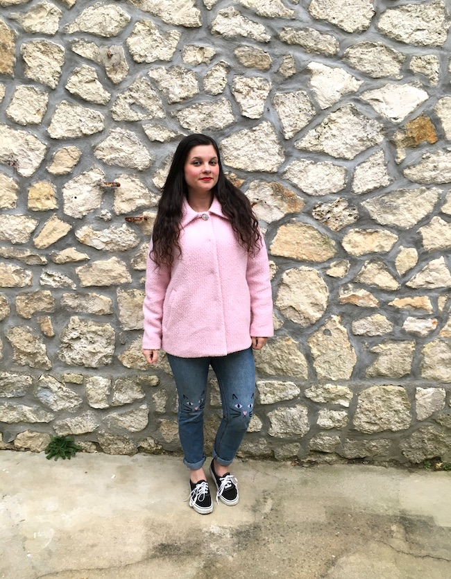 Look en manteau rose, jean chat et vans