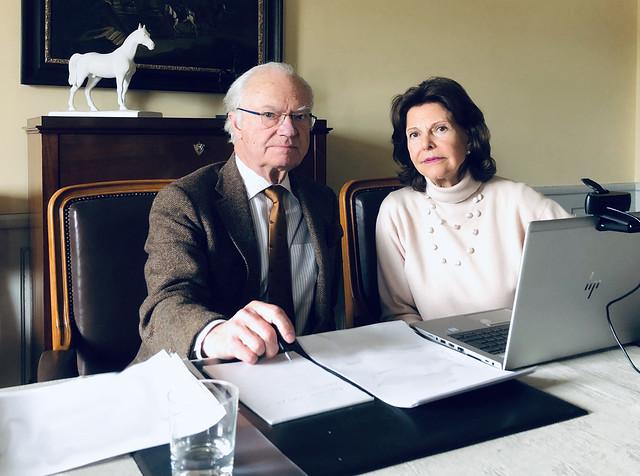 Koning Carl Gustav en Koningin Silvia van Zweden werken via videogesprekken (2020)