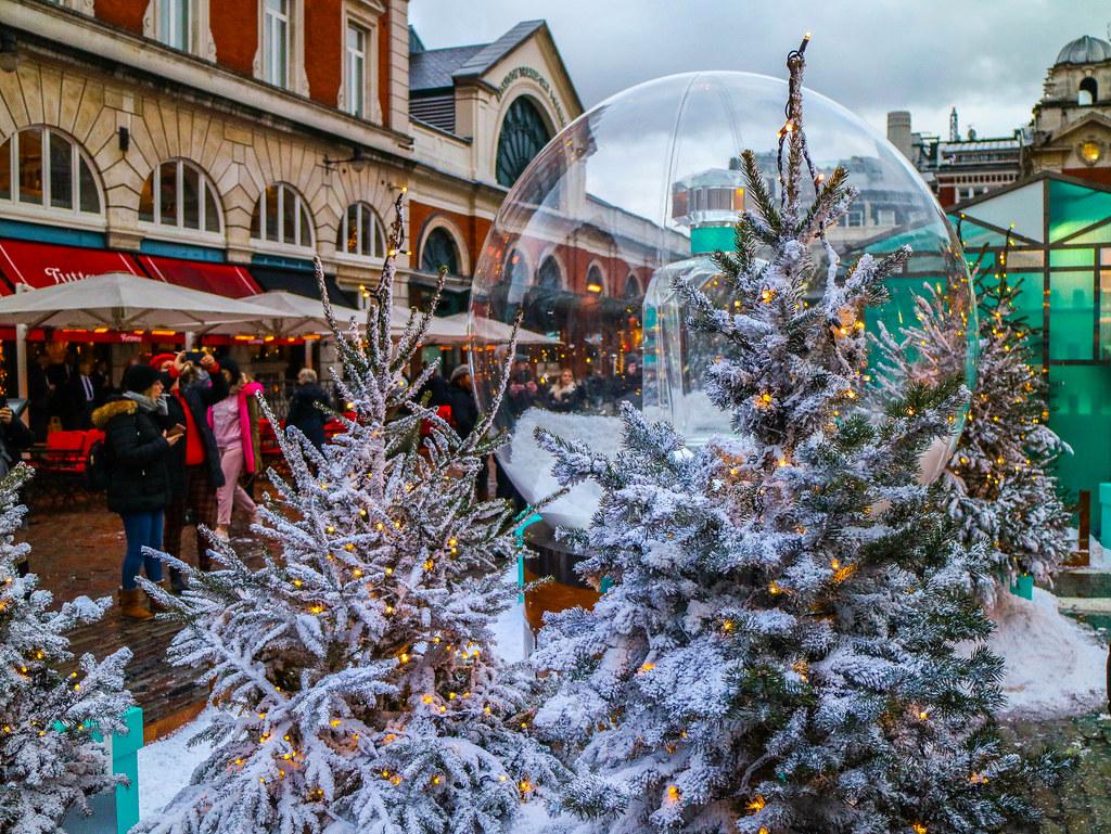 Bola de Navidad en el exterior del Apple Markel en Londres