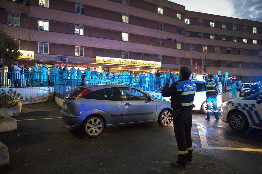 policia y bomberos aplaude sanitarios hospital clinico arranz (8)