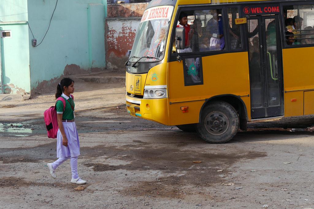 Départ pour l'école à Patan (Rajasthan) 49699967353_f09e33abd4_b