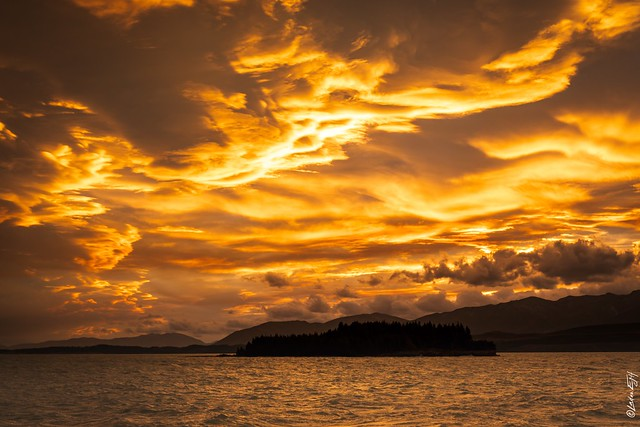 New Zealand / Cloudy sunset at Lake Punakaki