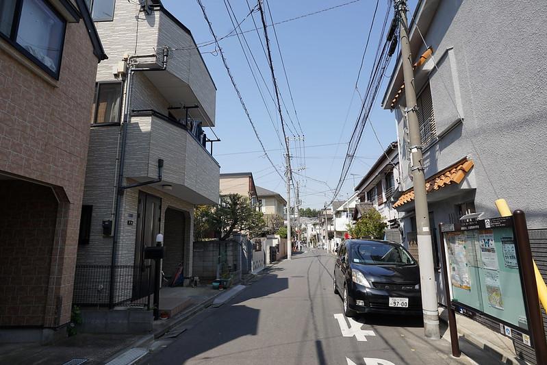 82東京いい道しぶい道池上道本門寺の山 右前方の家並みの隙間にちらちらと垣間見えていた本門寺の山が