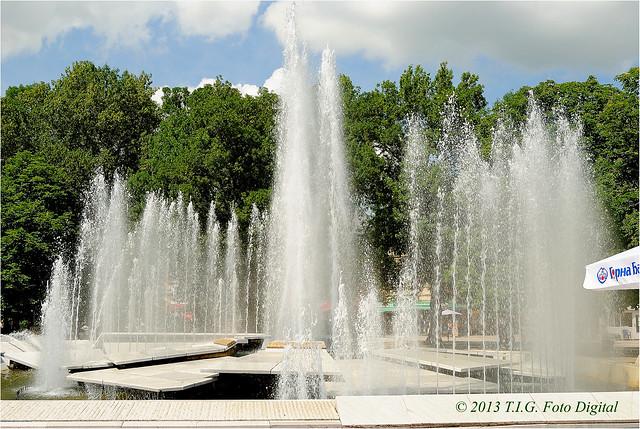 Un fuente en el centro de la ciudad