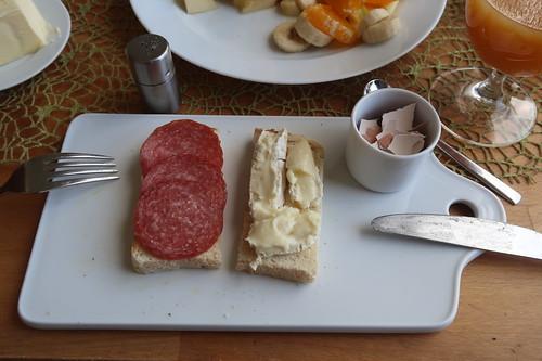 Bio Salami und Le Rustique auf Toast