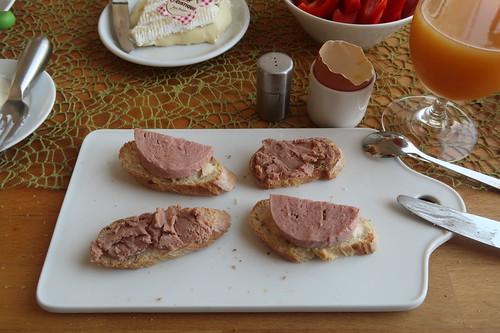 Rinderfleischwurst und Rinderleberwurst auf Baguettescheiben