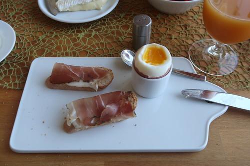Schinkenspeck auf Baguettescheiben zum Frühstücksei