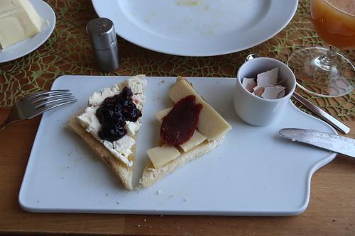 Saint André Weinbergkäse mit Kirschmarmelade und Wilder Bernd mit Pasta de Guayaba auf Toast