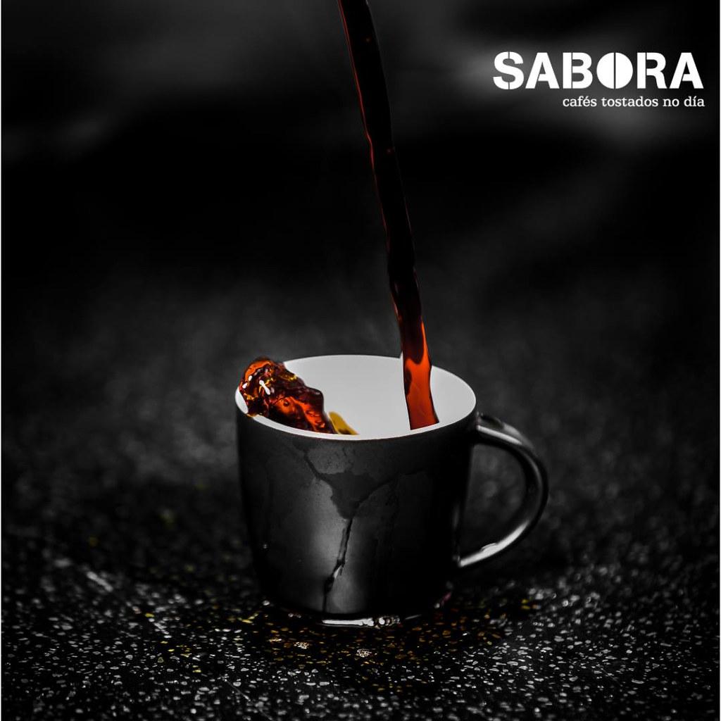 Botando café á cunca.