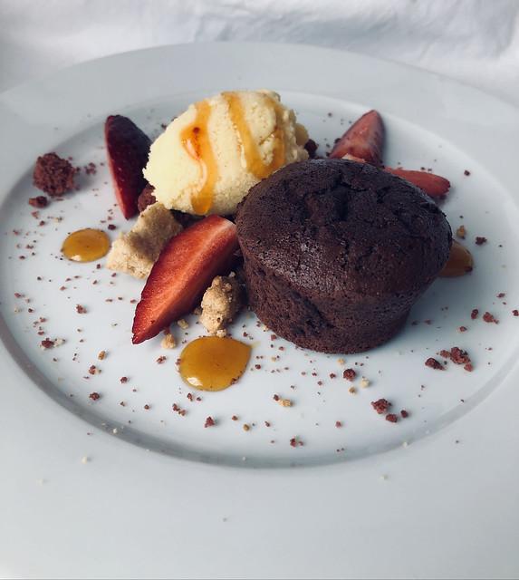 Bizcocho de chocolate con claras de huevo y helado de maracuyá