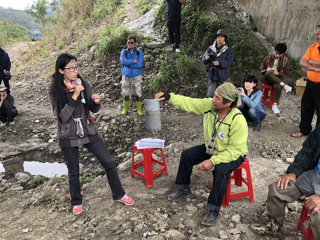 花蓮農改處助理研究員徐仲禹(左),講解省水灌溉操作原理。攝影:廖靜蕙