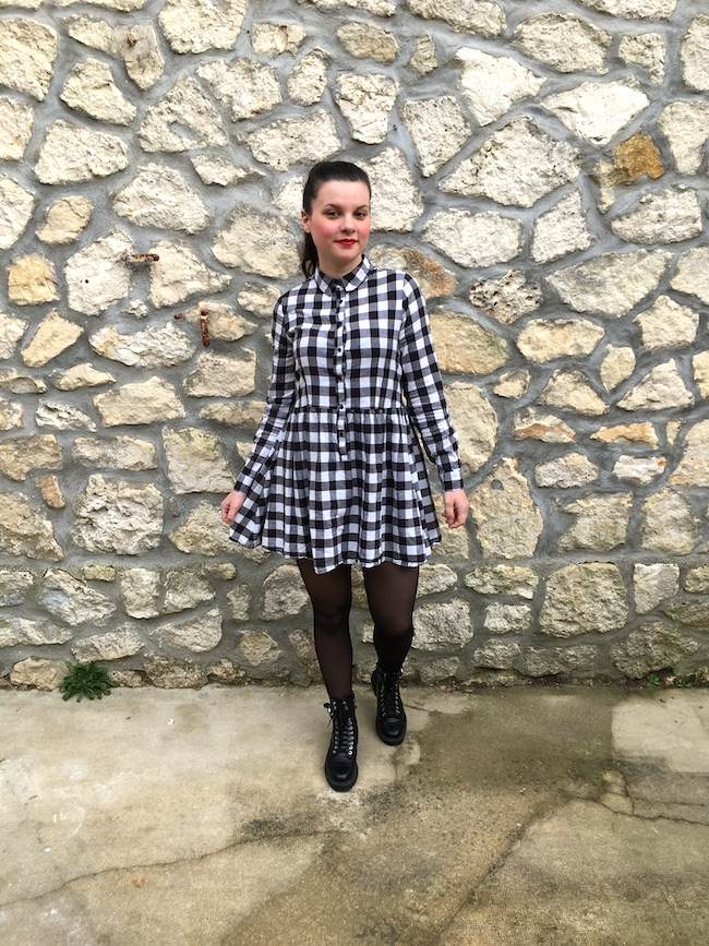 Look en robe vichy et bottines à lacets