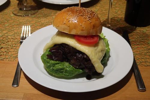 Burger mit selbstgebackene Sesam-Buns, Balsamico-Rotwein-Zwiebeln, frisch zubereitetem Schmelzkäse (aus Wein und Gouda), Salat, Mayonnaise, Tomatenscheiben und Patties aus Rinderhack (meiner)