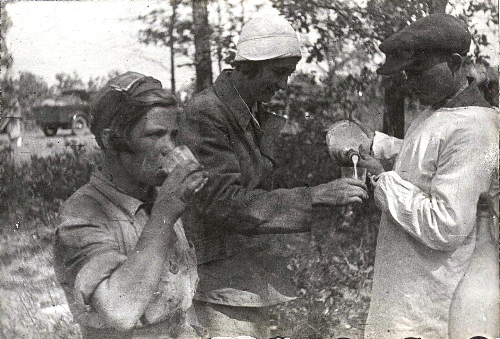 16. Колхозники угощают участниц пробега кумысом