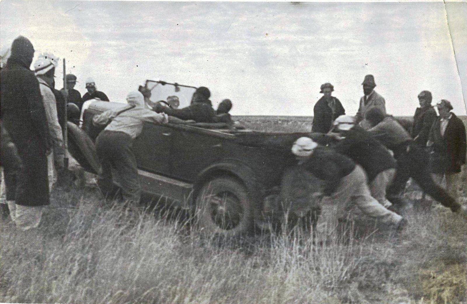 04. Участницы пробега толкают автомобиль.