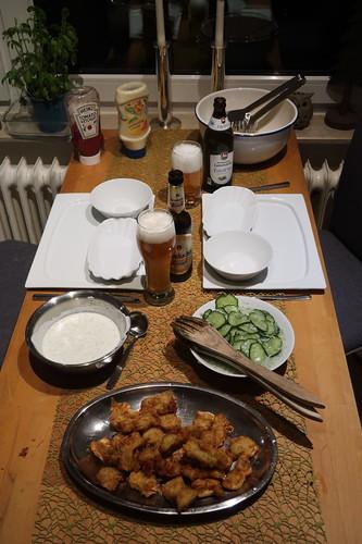 Kibbeling mit Joghurt Dip zu Gurkensalat und Pommes mit Mayonnaise (Tischbild)