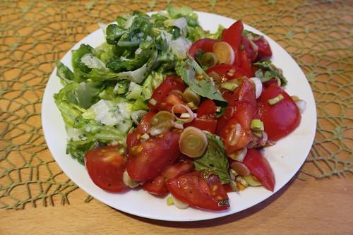 Restliche Tomaten zu Tomatensalat verarbeitet, aus übrig gebliebenen Salatblätten Grünen Salat zubereitet (mein Teller)