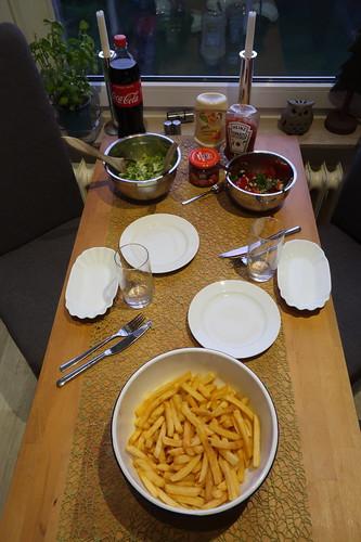 Pommes mit Salat (Tischbild)
