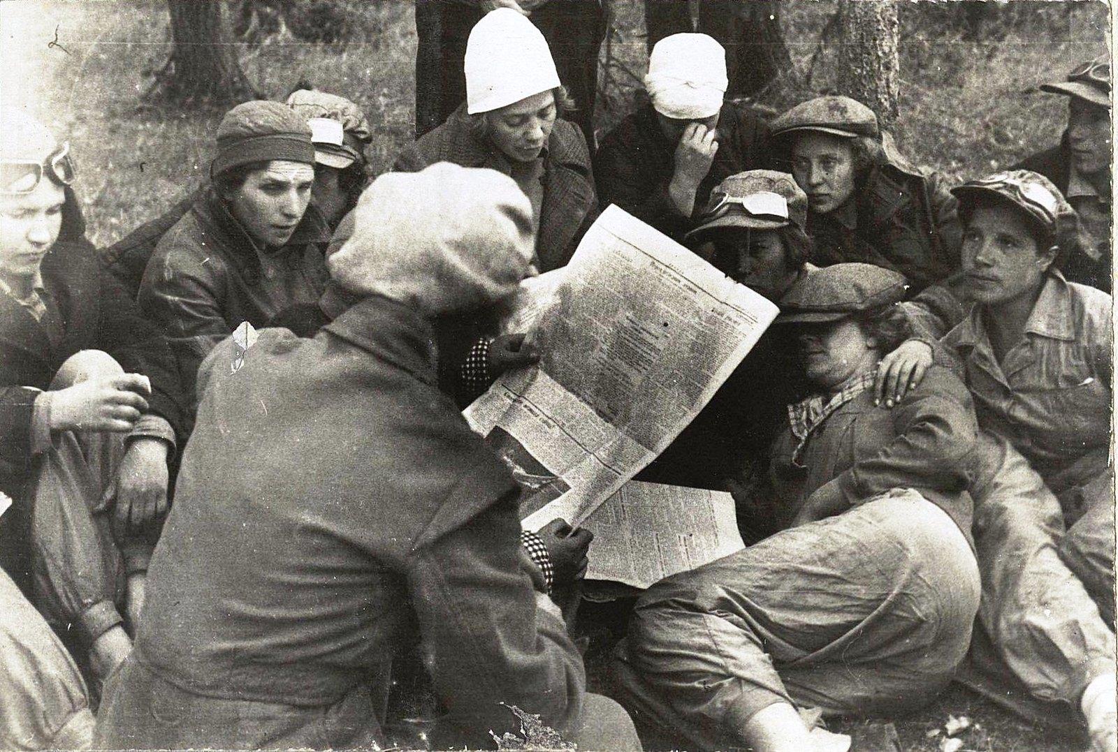 25. Чтение газет на привале