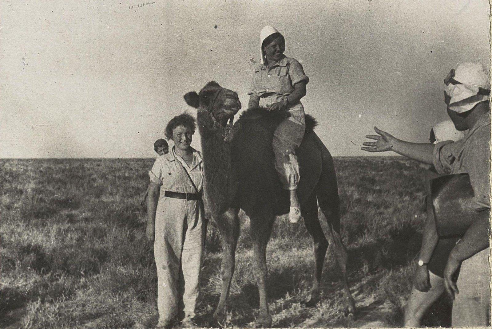 11. Участницы пробега с верблюдом