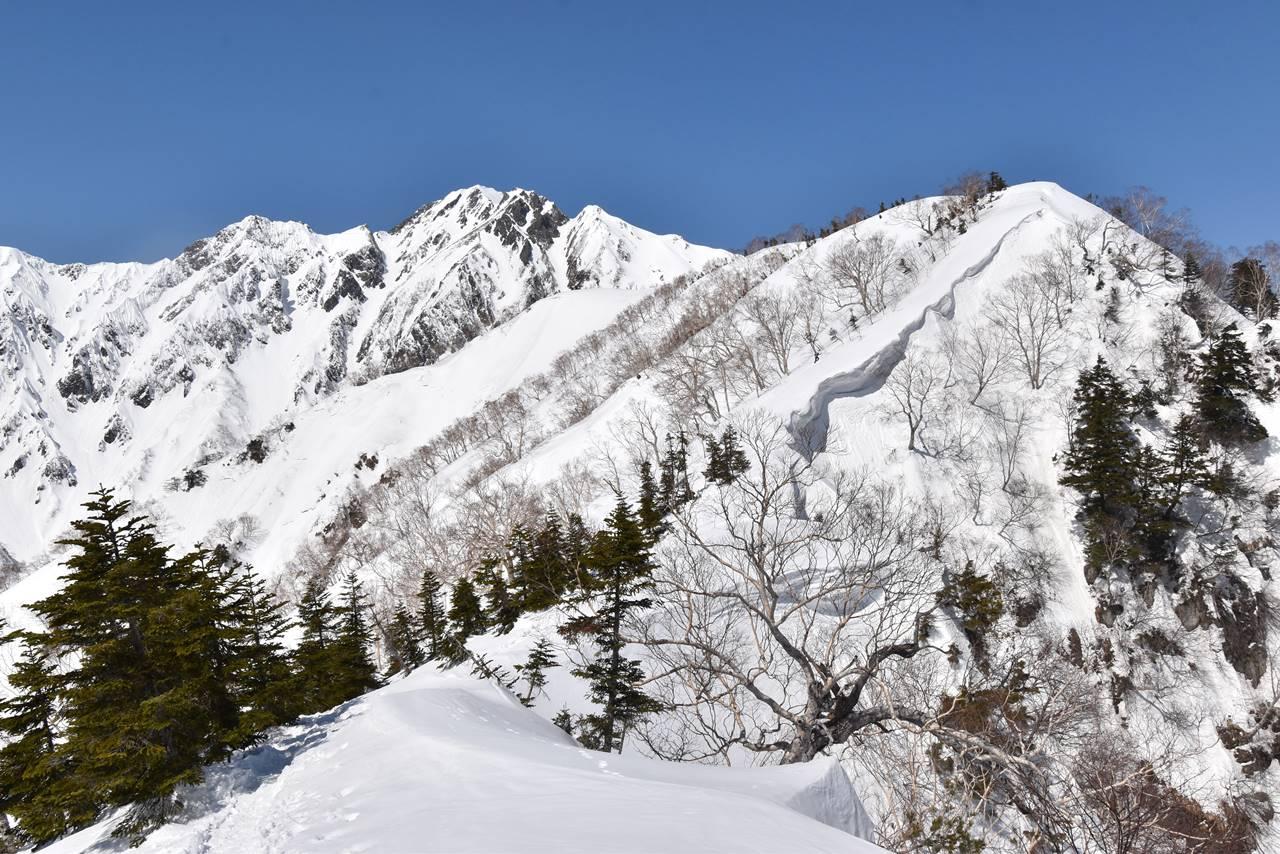 中遠見山から大遠見山へ 稜線の雪庇
