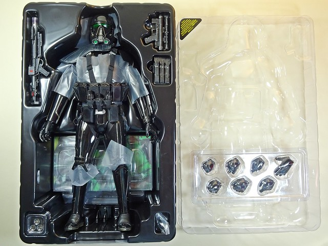 Snap Quick Unboxing – Hot Toys – MMS385 – Star Wars – Rouge One – Death Trooper Specialist – Contents