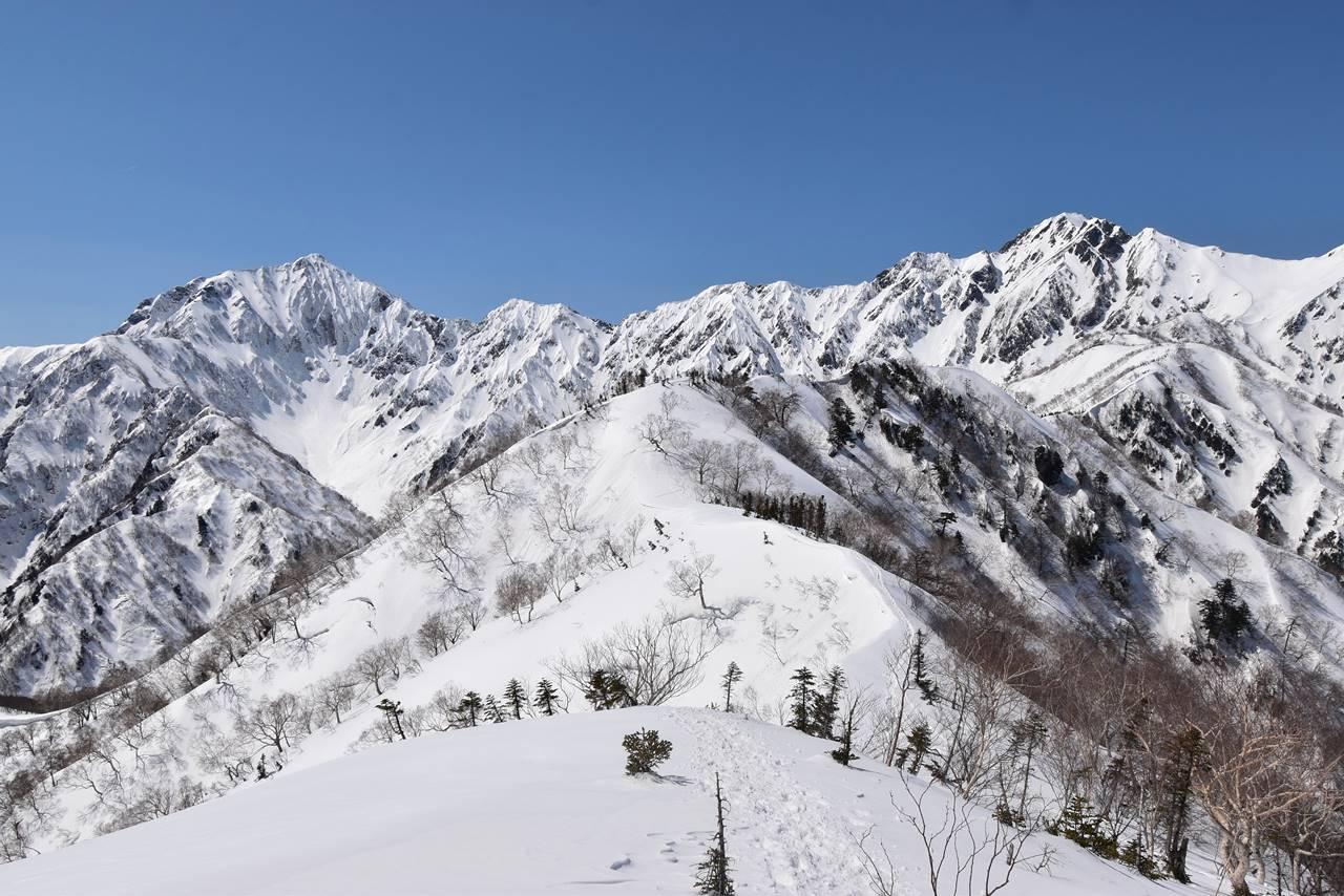 雪の小遠見山からの鹿島槍ヶ岳と五竜岳