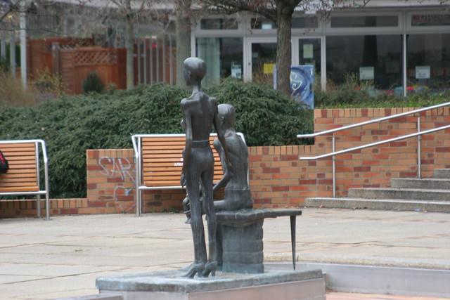 1990 Berlin-O. Familie von Rolf Biebl Bronze Generationen-Brunnen Helene-Weigel-Platz in 12681 Marzahn