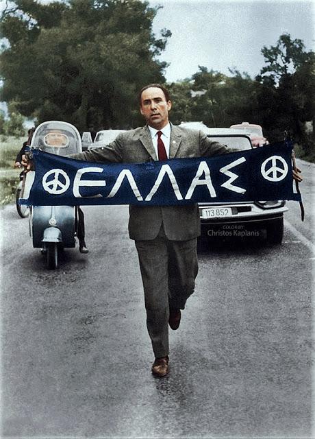 Αθήνα, 21 Απριλίου 1963, ο βουλευτής Πειραιά Γρηγόρης Λαμπράκης βαδίζει την 1η Μαραθώνια πορεία Ειρήνης από τον Μαραθώνα στην Αθήνα.