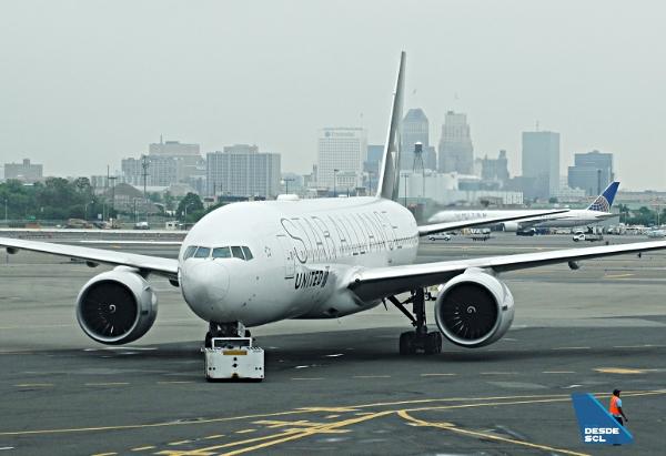 United B777-200ER Star Alliance EWR pushback (RD)