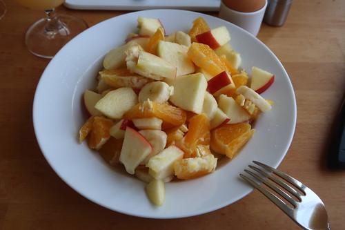 Obstsalat aus Banane, Orange und Apfel