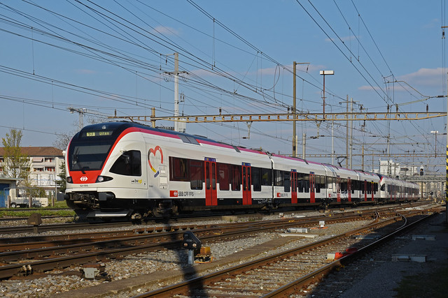 RABe 521 005 mit dem neuen triregio Signet, auf der S3, fährt am 25.03.2020 zum Bahnhof Pratteln.