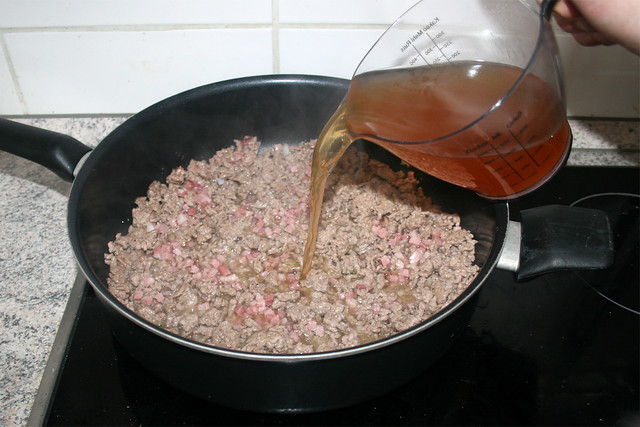 16 - Etwas Fleischbrühe dazu geben / Add some beef broth