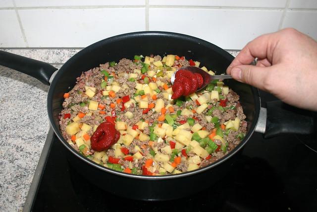 24 - Tomatenmark dazu geben / Add tomato puree